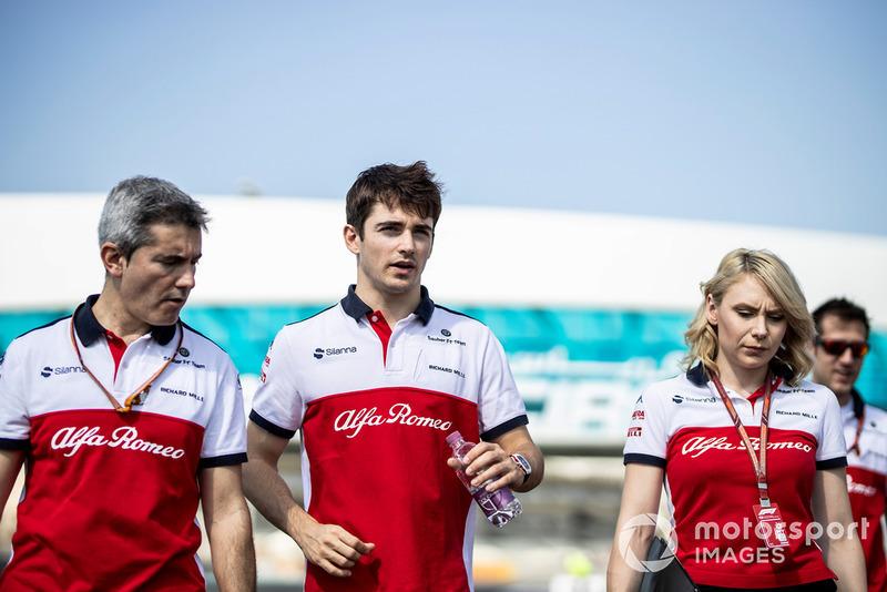 Charles Leclerc, Sauber, ispeziona il circuito con Xevi Pujolar, Capo dell'ingegneria in pista, Sauber, e Ruth Buscombe, ingegnere della strategia, Sauber