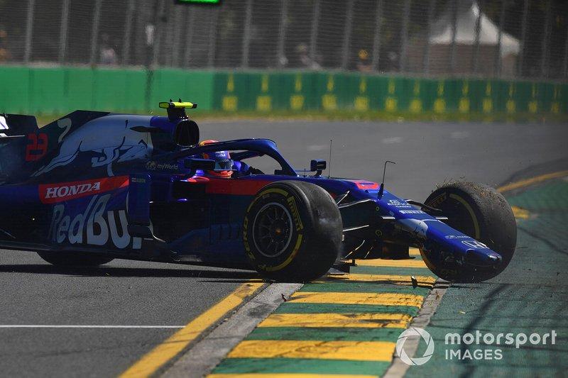 Alexander Albon, Toro Rosso STR14, en tête-à-queue