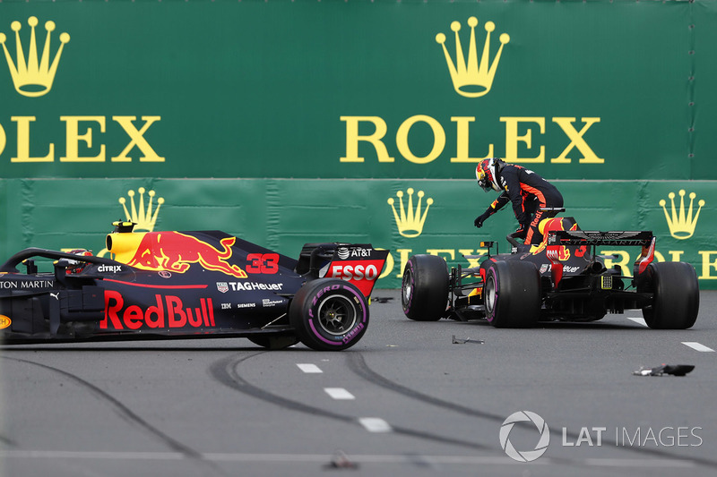Daniel Ricciardo, Red Bull Racing RB14 Tag Heuer, Max Verstappen, Red Bull Racing RB14 Tag Heuer después del choque