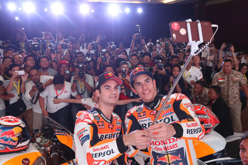 Marc Marquez, Repsol Honda Team, Dani Pedrosa, Repsol Honda Team medya ile selfie yapıyor