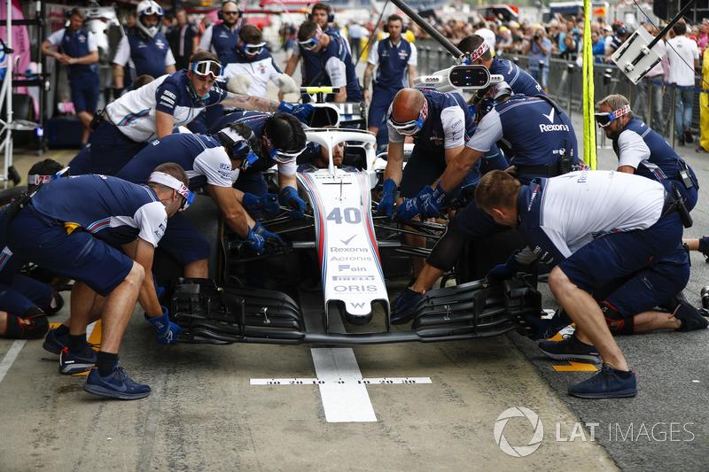 El equipo Williams realiza una práctica parada en boxes