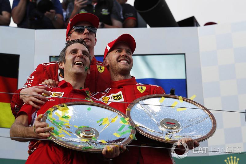 Le vainqueur Sebastian Vettel, Ferrari fête sa victoire sur le podium avec Kimi Raikkonen, Ferrari et les trophées