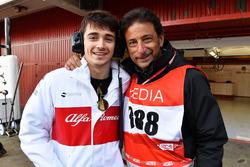 Гонщик Alfa Romeo Sauber F1 Team Шарль Леклер и телеоператор FOM Жан-Мишель Тиби