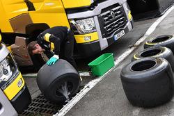 Un meccanico del Team Renault Sport F1 lava le gomme Pirelli