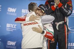 Podio: Esteban Guerrieri, Honda Racing Team JAS, Honda Civic WTCC con Tiago Monteiro, Honda Racing Team JAS, Honda Civic WTCC