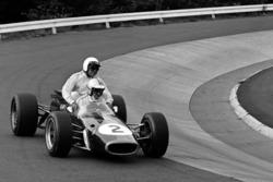Denny Hulme, Jack Brabham'ı aracının üstünde taşıyor