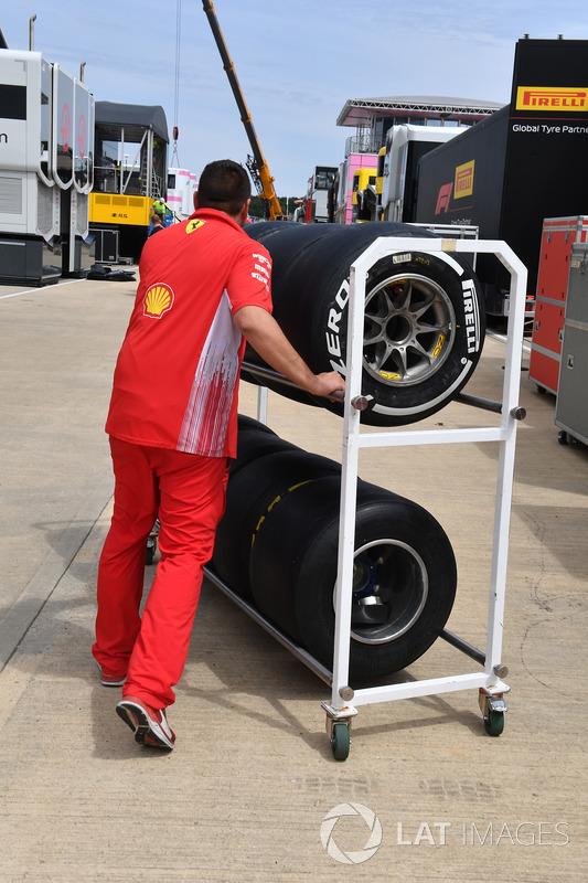 Meccanico Ferrari con pneumatici Pirelli