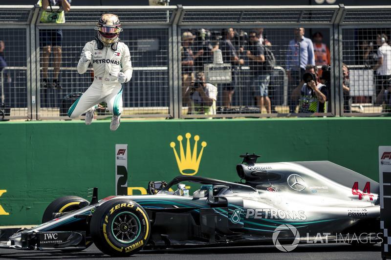 Ganador de la pole Lewis Hamilton, Mercedes-AMG F1 celebra en parc ferme