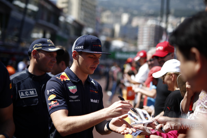 Max Verstappen, Red Bull Racing signe des autographes