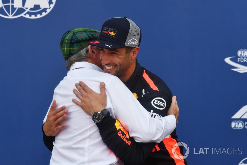 Le poleman Daniel Ricciardo, Red Bull Racing avec Jackie Stewart, dans le Parc Fermé