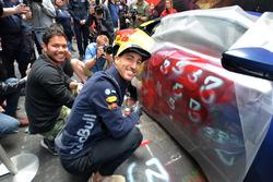Daniel Ricciardo, Red Bull Racing with the street art styled Aston Martin DB11 and Street Artist Julian Clavijo, in Hosier Lane