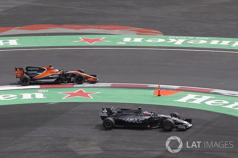 Фернандо Алонсо, McLaren MCL32, Ромен Грожан, Haas F1 Team VF-17
