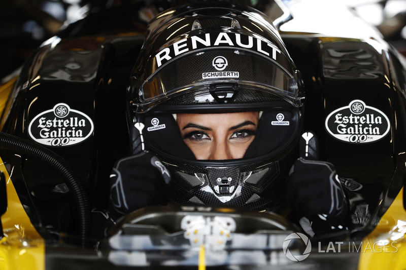 Aseel Al-Hamad, 2012 Lotus E20 Renault F1 aracını kullanıyor