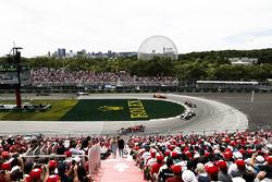 Max Verstappen, Red Bull Racing RB14, por delante de Lewis Hamilton, Mercedes AMG F1 W09, Daniel Ricciardo, Red Bull