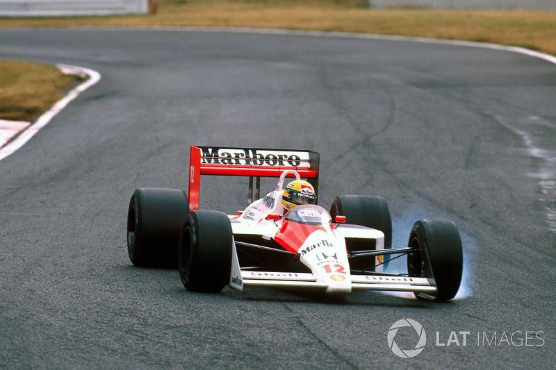 12. Poco se habló de ello, pero Prost tuvo un problema de cambio durante el GP de Japón, lo que le impidió escaparse tras el error de Senna en la salida. Eso también fue clave para que el francés perdiera la primera posición respecto a Ayrton en la vuelta 27.