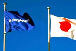 BorgWarner ve Japonya bayrakları