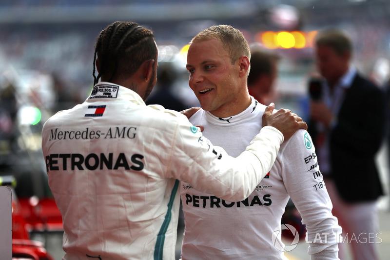 Lewis Hamilton, Mercedes AMG F1, festeggia la vittoria nel parco chiuso, con Valtteri Bottas, Mercedes AMG F1