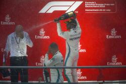 Lewis Hamilton, Mercedes AMG F1, Valtteri Bottas, Mercedes AMG F1, y Dr Dieter Zetsche, CEO, Mercedes Benz