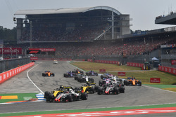 Kevin Magnussen, Haas F1 Team VF-18 and Nico Hulkenberg, Renault Sport F1 Team R.S. 18 at the start of the race