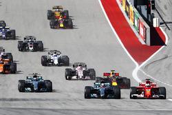 Lewis Hamilton, Mercedes AMG F1 W08, Sebastian Vettel, Ferrari SF70H, in gevecht bij de start