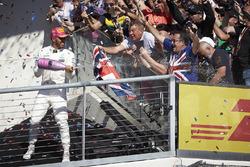 Le vainqueur Lewis Hamilton, Mercedes AMG F1 avec le champagne