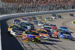 Kyle Busch, Joe Gibbs Racing Toyota, Ryan Blaney, Wood Brothers Racing Ford and Kevin Harvick, Stewart-Haas Racing Ford