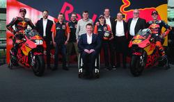 Bradley Smith, Red Bull KTM Factory Racing, Pol Espargaro, Red Bull KTM Factory Racing, Mika Kallio, Red Bull KTM Factory Racing, Pit Beirer, responsable de la división de competición de KTM, Hubert Trunkenpolz, miembros de KTM, Mike Leitner, Team manager de Red Bull KTM Factory Racing