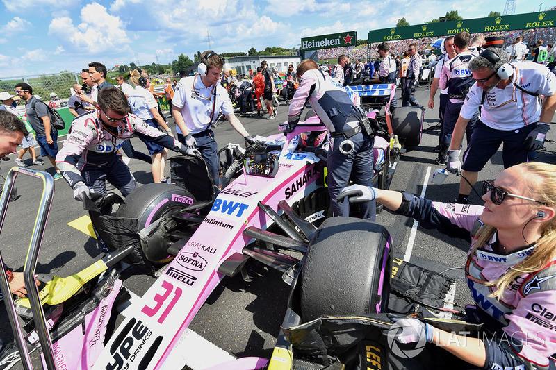Esteban Ocon, Force India VJM11 en la parrilla
