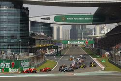 Sebastian Vettel, Ferrari SF71H, leidt voor Kimi Raikkonen, Ferrari SF71H, Valtteri Bottas, Mercedes AMG F1 W09, Lewis Hamilton, Mercedes AMG F1 W09, Max Verstappen, Red Bull Racing RB14 Tag Heuer, en de rest van het veld aan het begin van de race