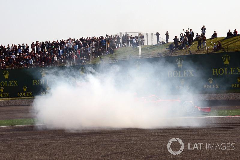 Fumo dopo il contatto tra Sebastian Vettel, Ferrari SF71H e Max Verstappen, Red Bull Racing RB14