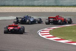 Kimi Raikkonen, Ferrari SF71H, Valtteri Bottas, Mercedes AMG F1 W09, et Sebastian Vettel, Ferrari SF71H
