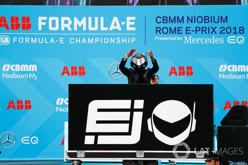 Performance EJ sul podio