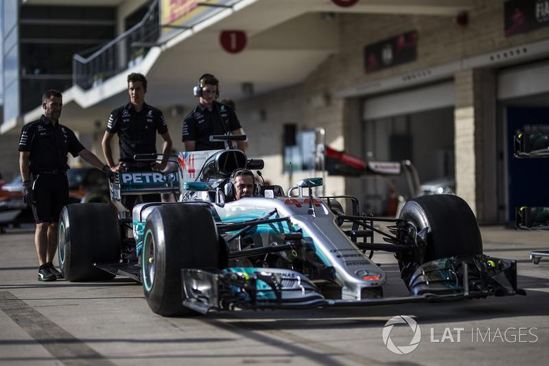 Mecánicos con el Mercedes-Benz F1 W08  en pit lane