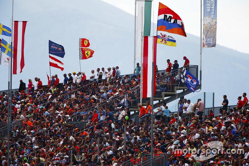Tifosi e bandiere su una tribuna piena