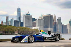 Ein Formel E Fahrzeug mit der Skyline von New York City