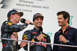 Max Verstappen, Red Bull Racing en el podio con Daniel Ricciardo, Red Bull Racing y Mark Webber, pil