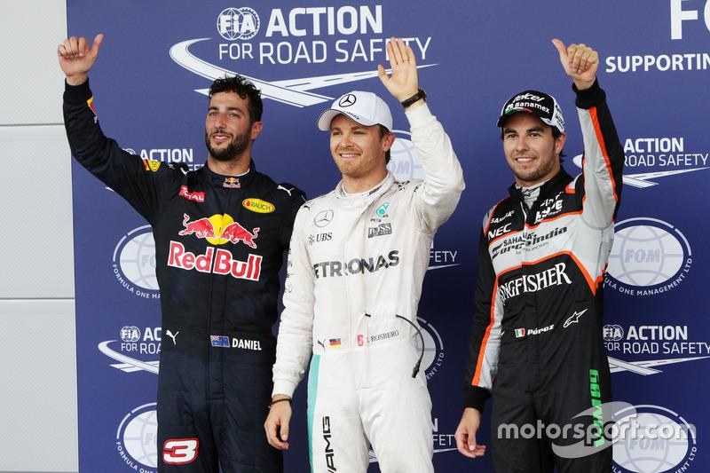 Los tres primeros de la calificación: Daniel Ricciardo, Red Bull Racing RB12, tercero; Nico Rosberg, Mercedes AMG F1, pole position; Sergio Perez, Sahara Force India F1, segundo