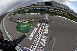 Start: Kurt Busch, Stewart-Haas Racing Chevrolet leads