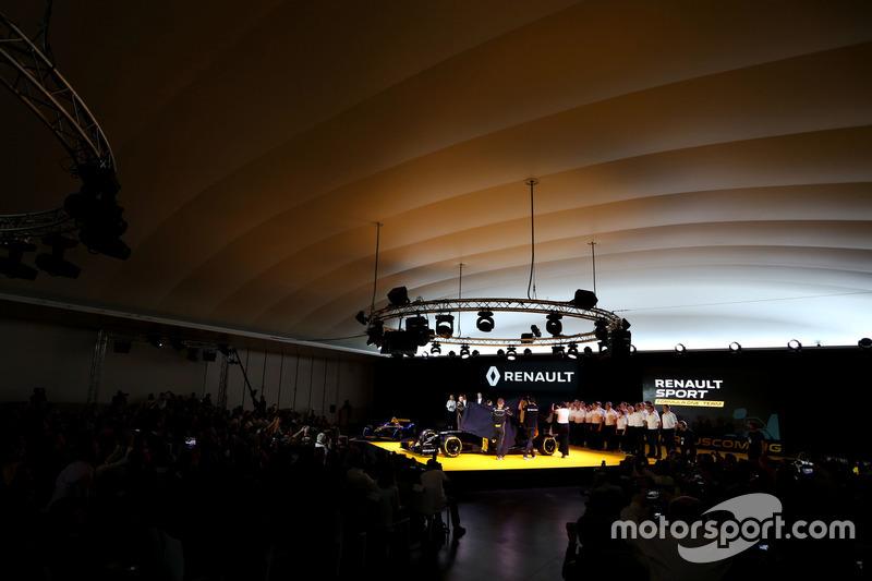 (L nach R): Jolyon Palmer, Renault F1 Team mit Kevin Magnussen, Renault F1 Team