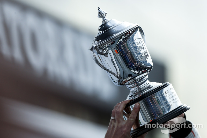 Podium GTLM: tweede Patrick Pilet, Dirk Werner, Frederic Makowiecki, Porsche Team North America en hun trofee