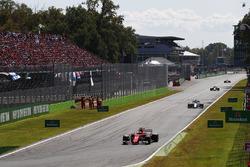 Кими Райкконен, Ferrari SF70H, и Фелипе Масса, Williams FW40