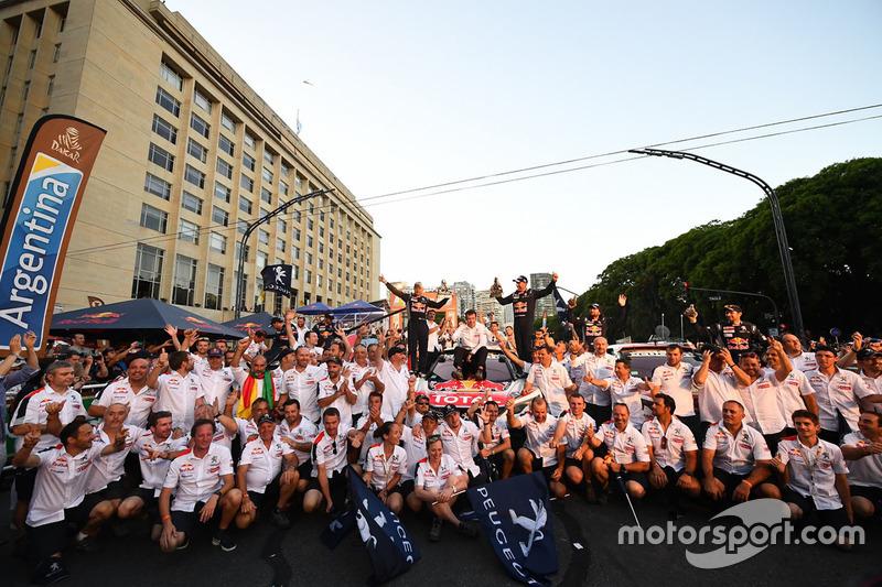 Stéphane Peterhansel, Jean-Paul Cottret, Sébastien Loeb, Daniel Elena, Cyril Despres, David Castera, Bruno Famin, Peugeot Sport celebra con el equipo