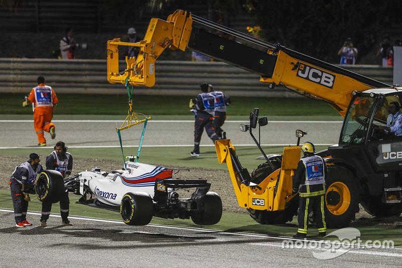 jcb macchine industriali - Pagina 3 F1-bahrain-gp-2017-marshals-remove-the-car-of-lance-stroll-williams-fw40