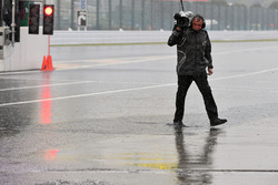 Un cámara bajo la lluvia