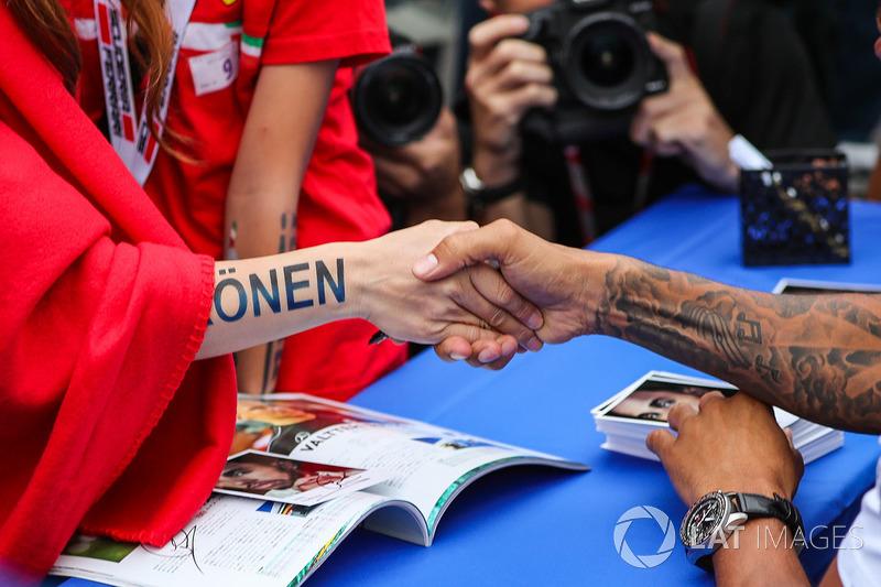 Lewis Hamilton, Mercedes AMG F1 and Kimi Raikkonen, Ferrari fan shake hands