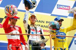 Подиум: победитель Валентино Росси, второе место – Лорис Капиросси, третье место – Макс Бьяджи