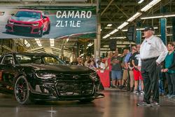 Rick Hendrick, üretilen ilk Chevrolet Camaro ZL1 1LE'yi teslim alıyor