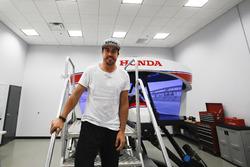 Фернандо Алонсо работает на симуляторе Honda Performance Development