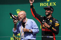 Patrick Stewart, podyumda Daniel Ricciardo, Red Bull Racing'in botundan şampanya içiyor
