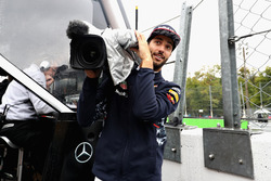 Daniel Ricciardo la hace de camarógrafo durante la clasificación